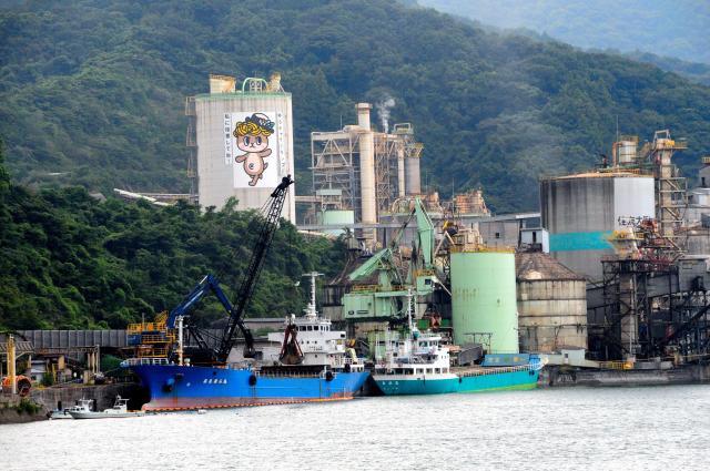 高知県須崎市では地元工場の建物にも巨大なしんじょう君のイラストが描かれている=2016年9月、佐藤達弥撮影