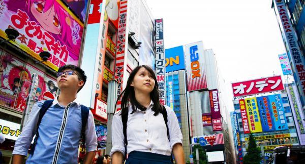 東京・秋葉原の街に立つジョシュアさん(左)とアグネスさん=2017年6月16日
