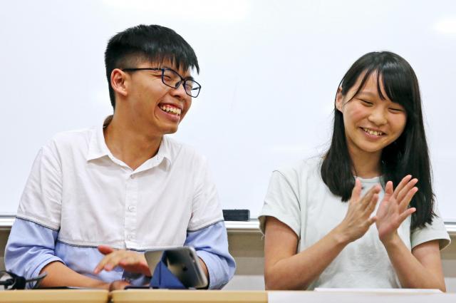 東京大学での講演中、質問に笑顔を見せるジョシュアさん(左)とアグネスさん=2017年6月14日