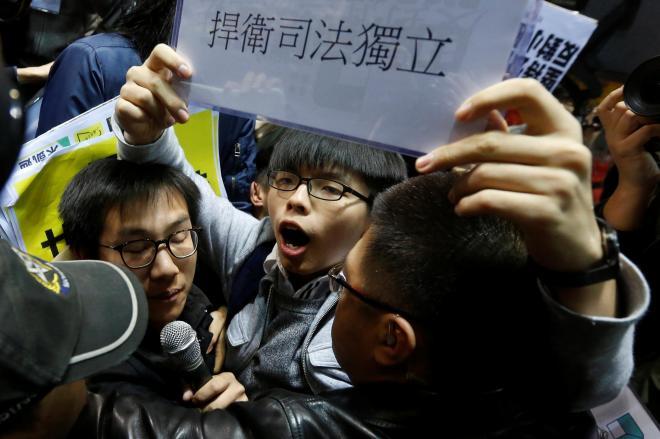 「司法の独立を守れ」と叫ぶジョシュアさん。雨傘革命から3年、運動は続いている=2017年2月27日