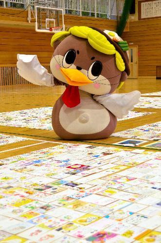 たくさんの年賀状を喜ぶしんじょう君=高知県須崎市