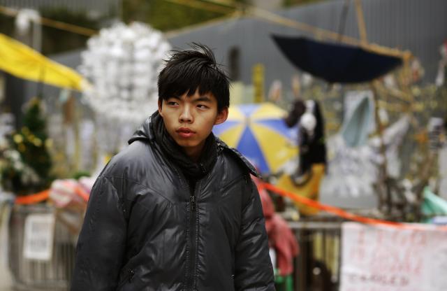 香港中心部の活動拠点を歩くジョシュアさん=2014年12月2日