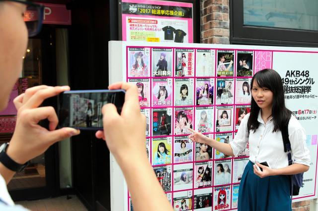AKB48グループの選挙ポスターの中に台湾出身のメンバーを見つけたアグネスさん=2017年6月16日