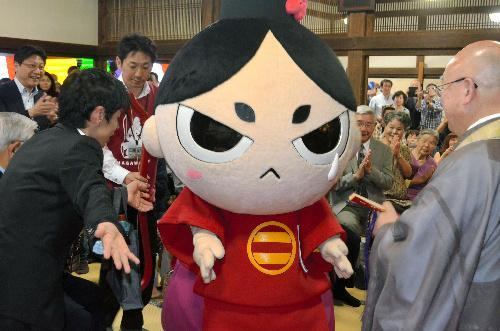 今川義元復権の活動をする「今川さん」=静岡市