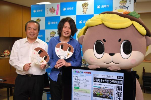 高知県須崎市の市長定例会見で地元のイベントをPRする(左から)楠瀬耕作市長、守時健さん、しんじょう君=高知県須崎市役所