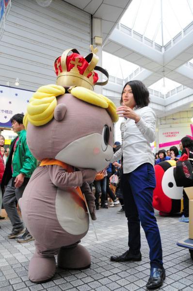 ゆるキャラグランプリ記念のパレードで王冠を直してもらうしんじょう君=高知市