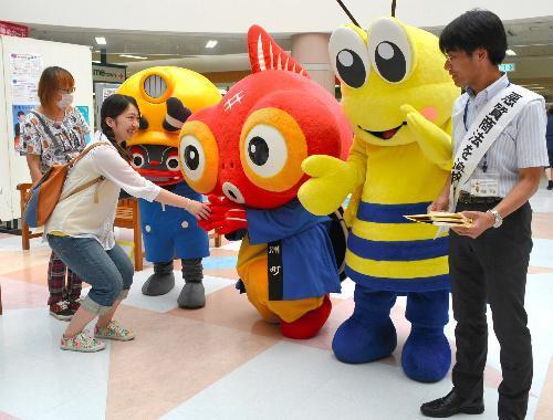 買い物客に消費者行政の4市町連携をPRするゆるキャラたち=熊本県荒尾市