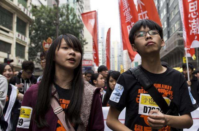 香港で普通選挙を求めるデモに参加したアグネスさん(左)、ジョシュアさん=2015年2月1日
