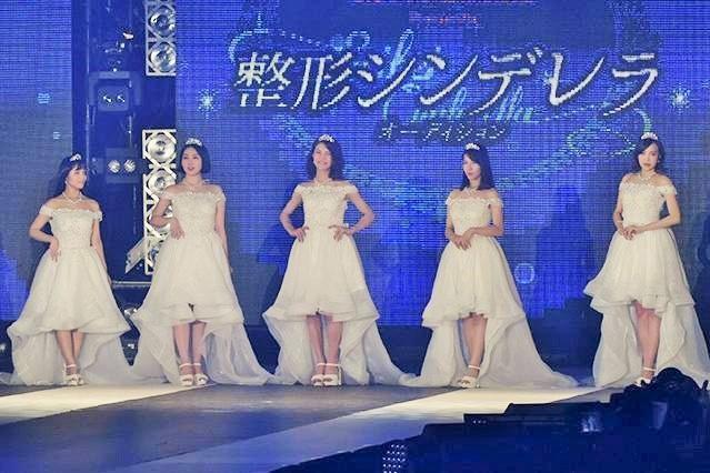 第2回整形シンデレラオーディションで、整形後に舞台に立った5人の女性(湘南美容外科クリニック提供)