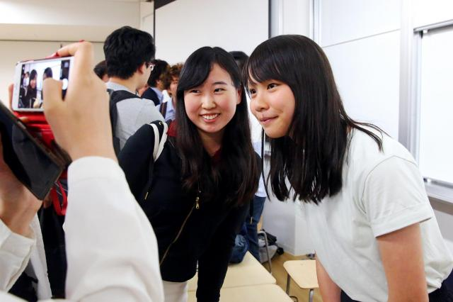 東京大学で講演後、記念撮影に応じるアグネスさん(右)=2017年6月14日