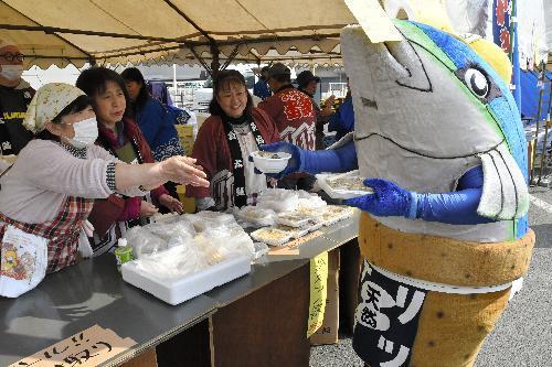 牡蠣祭りのPRに一役かう地元のゆるキャラ・ブリカツくん=新潟県佐渡市の両津港