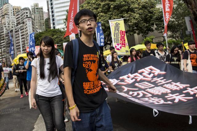 中国本土が決めた香港の選挙制度の改正に反対を呼びかけるアグネスさん(左)、ジョシュアさん=2015年6月14日