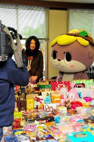 テレビ局の取材を受けるしんじょう君=高知県須崎市
