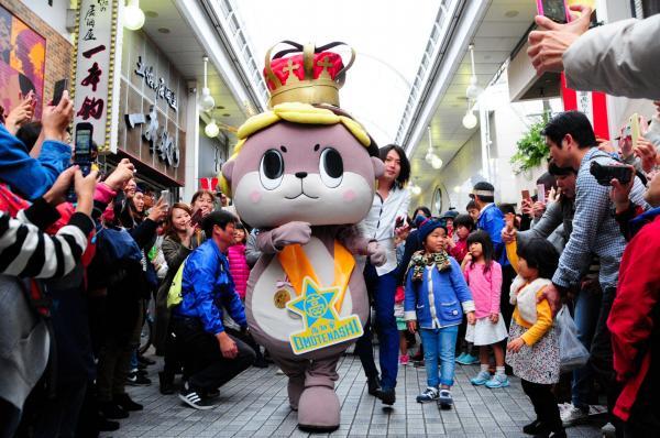 ゆるキャラグランプリ記念のパレードで歩く須崎市のしんじょう君=高知市