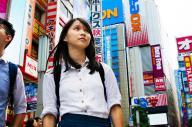 東京・秋葉原を歩くアグネスさん=2017年6月16日