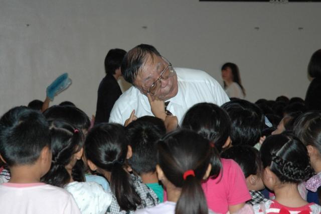講演では、子どもたちにコブを触ってもらうこともある