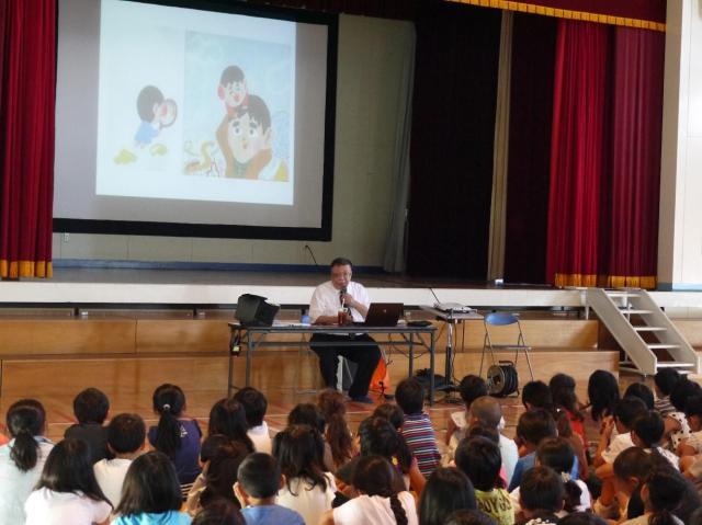 絵本を教材に、自らのいじめ体験を小学生に語る藤井さん