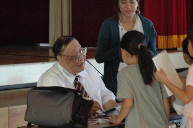 子どもたちにサインを求められる藤井さん