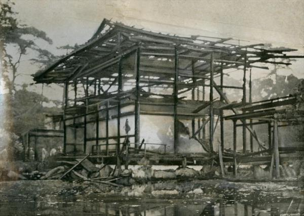 金閣寺舎利殿が全焼し、骨組みだけをの残し焼け落ちた無残な姿=1950年7月2日