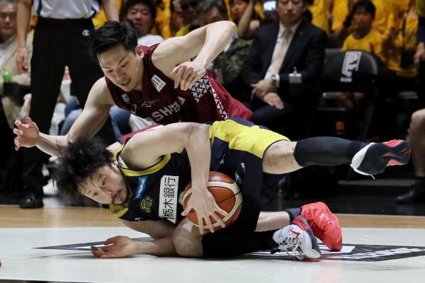 コートに倒れ込みながらもボールをキープする=2017年5月27日、東京・国立代々木競技場、西畑志朗撮影