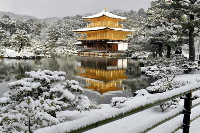 雪化粧をした金閣寺=2016年1月20日