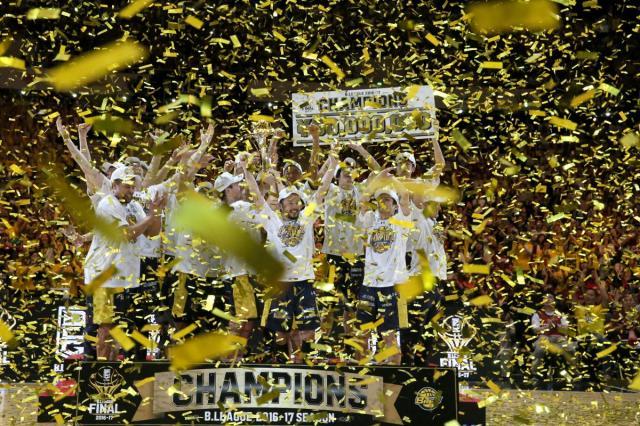 金色の紙吹雪が舞う中、優勝杯を掲げる=西畑志朗撮影