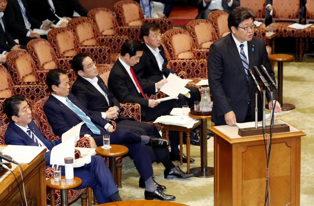 参院予算委の集中審議で質問に答える萩生田光一官房副長官。左端は安倍晋三首相=2017年6月16日