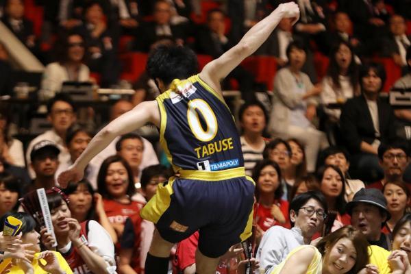 第4クオーター、ルーズボールを追って、観客席に飛び込む田臥勇太選手=2017年5月27日、東京・国立代々木競技場、林敏行撮影