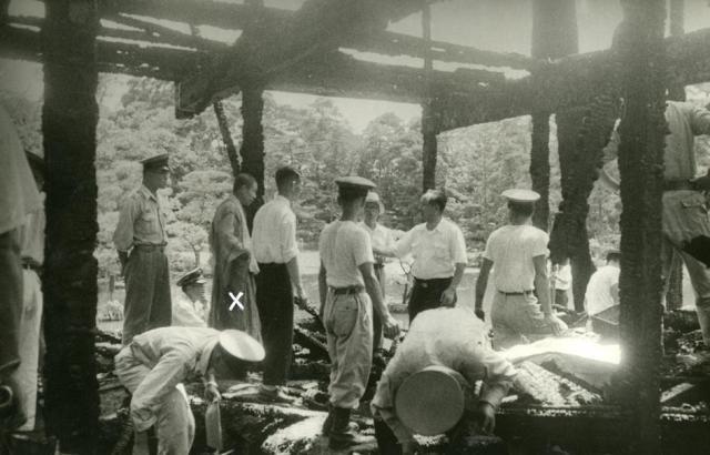 焼失した金閣寺の現場検証に立ち会う村上住職(×印)