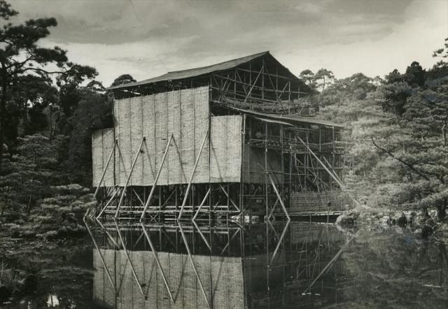 放火で焼失から4年、再建計画が進みむね上げ式を迎える金閣寺=1954年9月