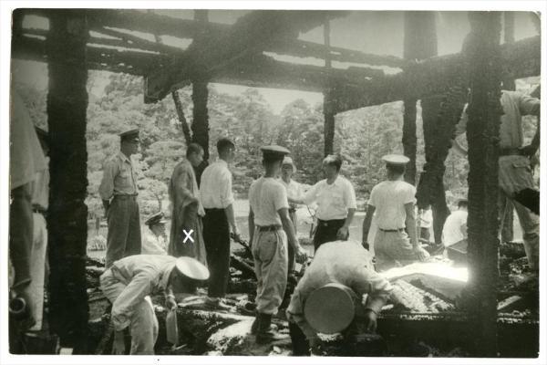 焼失した金閣寺の現場検証に立ち会う村上住職(×印) 昭和25年7月2日