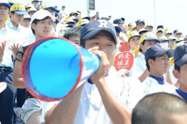 昨年の大阪大会の決勝、履正社の応援団=舞洲