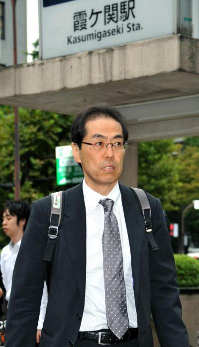 最後の出勤のため経産省へ向かう古賀茂明さん=2011年9月26日