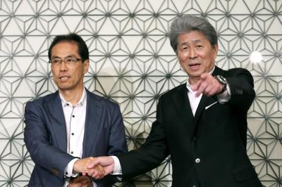2016年7月の東京都知事選で、立候補を表明した鳥越俊太郎氏と握手する古賀茂明氏(左)=東京都千代田区