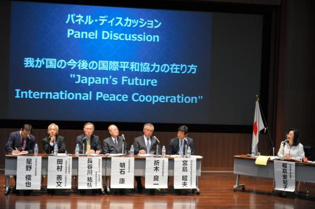 PKOなど日本の今後の国際貢献について語り合うパネリストら=東京都渋谷区の青山学院大学
