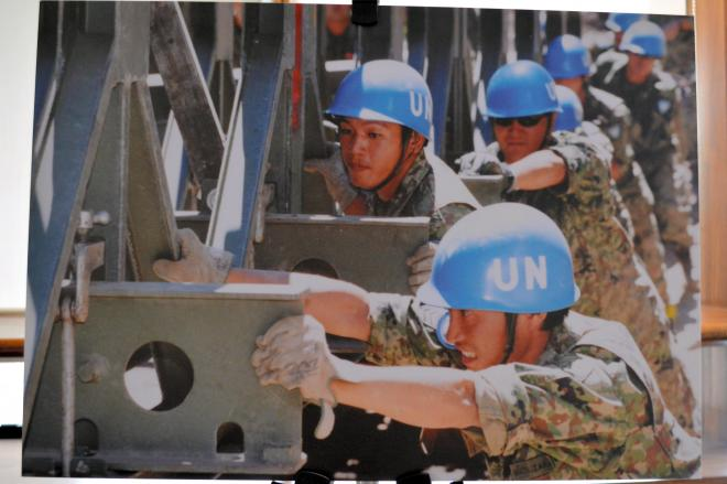 東ティモールに派遣された陸上自衛隊。PKO協力法による25年間の活動を紹介する写真がシンポ会場に並んでいた