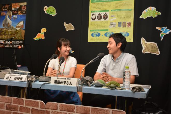 薗田哲平さん(右)とNHKの森下絵理香アナウンサー=NHK福井放送局