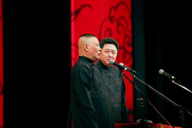 舞台に立つ郭徳綱さんと相方の于謙さん=2017年6月、東京・有楽町