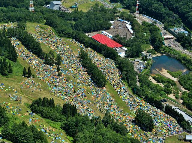 フジロック・フェスティバルの開幕を前に、真夏のゲレンデに集まったファンたちのテント=2014年