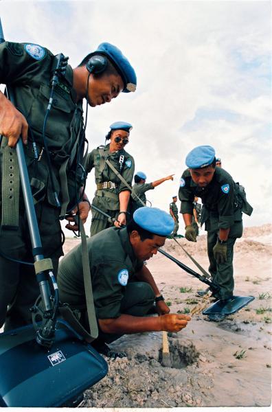 【1992年・カンボジア】地雷探知作業をする自衛隊員ら