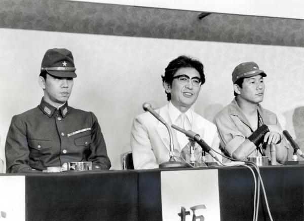 映画「戦場のメリークリスマス」の撮影開始を前に記者会見する左から坂本龍一さん、大島渚監督、ビートたけしさん=1982年