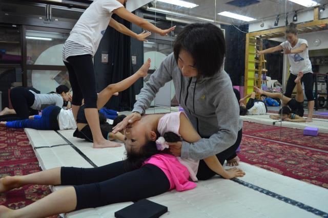 こちらはキッズクラスの様子。Ayakaさんにシャハハするもーこさん。虐待にしか見えませんが、Ayakaさんは「え?全然痛くないよ~」とのこと。もーこさんによると「子どもは痛くないみたいです」だそうです…。