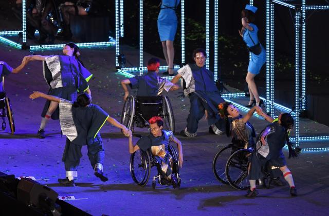 リオ・パラリンピックの閉会式で披露された、車いすによるパフォーマンス=2016年9月