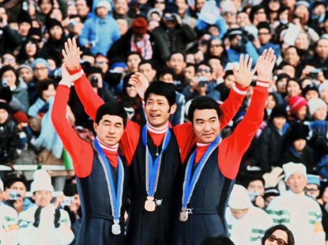 札幌オリンピックの70メートル級ジャンプでメダルを独占した日の丸飛行隊=1972年、宮の森ジャンプ場