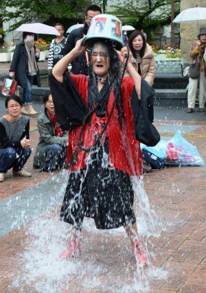 踊りの途中でバケツの水をかぶるギリヤークさん=2014年、兵庫県尼崎市