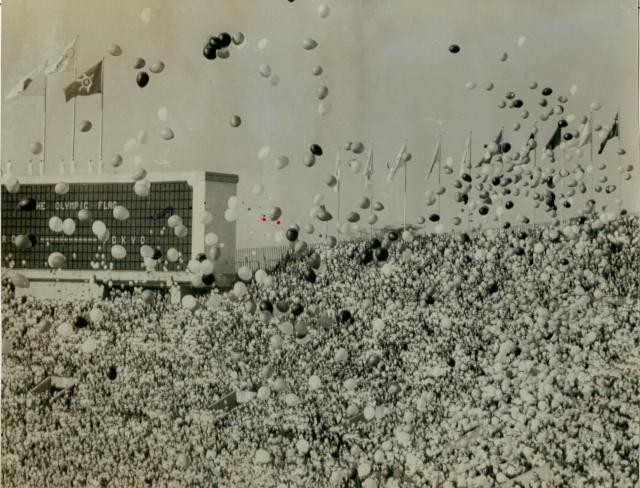 東京オリンピックの開会式で、国立競技場のスタンドから大量の風船があがった=1964年10月10日