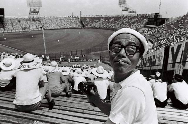 「青春」を監督した市川崑=1968年、兵庫・西宮市の甲子園球場