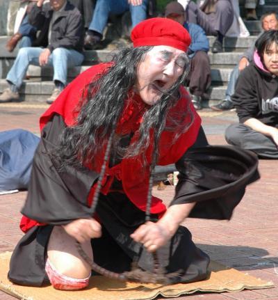一心不乱に叫び、踊るギリヤークさん=2009年、兵庫県尼崎市