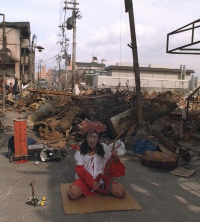 阪神大震災の約1カ月後、犠牲者への祈りを込めて踊るギリヤークさん=1995年、神戸市長田区