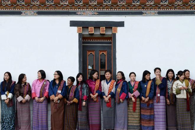 「キラ」と呼ばれる民族衣装を身につけた女性たち=2017年6月2日、ティンプー・タシチョゾン、北村玲奈撮影